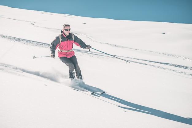 Homem, esquiando, pista, em, nevado, declive, em, a, italiano, alpes Foto Premium