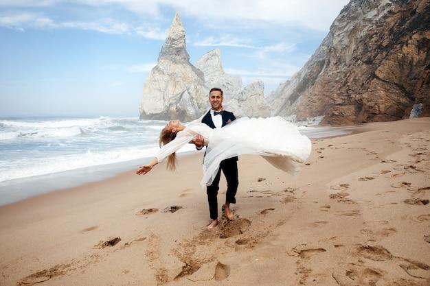 Homem está girando a mulher e eles parecem muita felicidade Foto gratuita