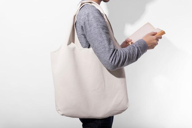 Homem está segurando o saco de lona Foto Premium