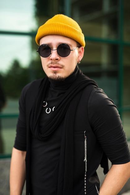 Homem estiloso com óculos de sol Foto gratuita