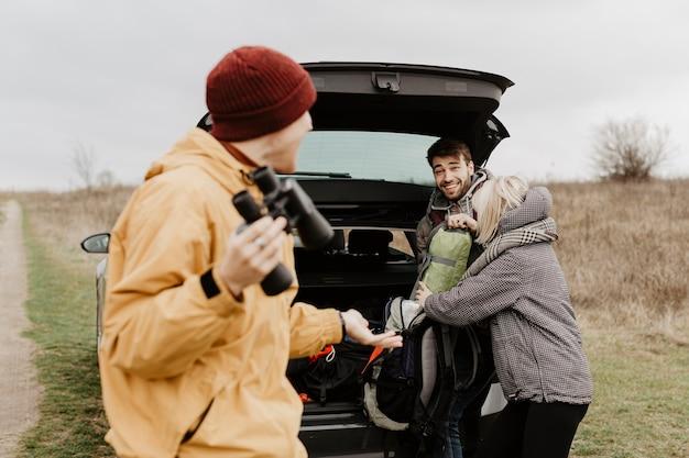Homem estiloso conversando com um amigo feliz Foto gratuita