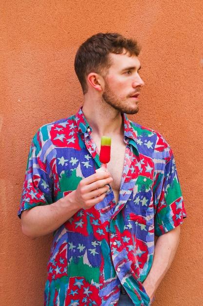 Homem estiloso médio tiro segurando sorvete Foto gratuita
