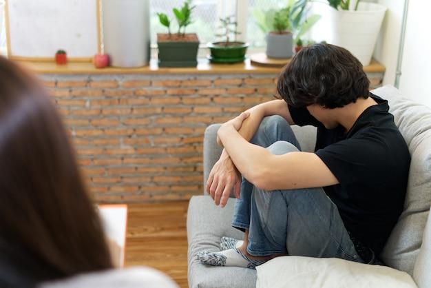 Homem estressado, problema de consultoria com psicólogo. Foto Premium