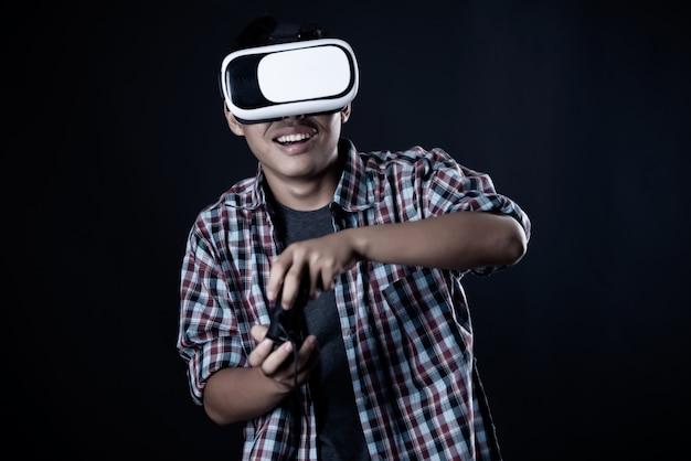 Homem estudante usando óculos de realidade virtual, fone de ouvido vr. Foto gratuita