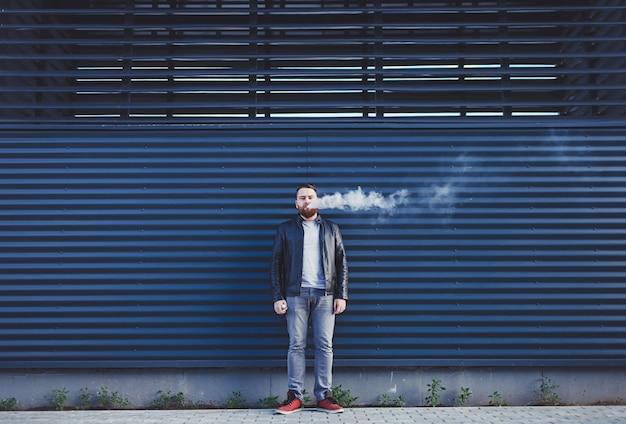 Homem exala nuvem de fumaça Foto Premium