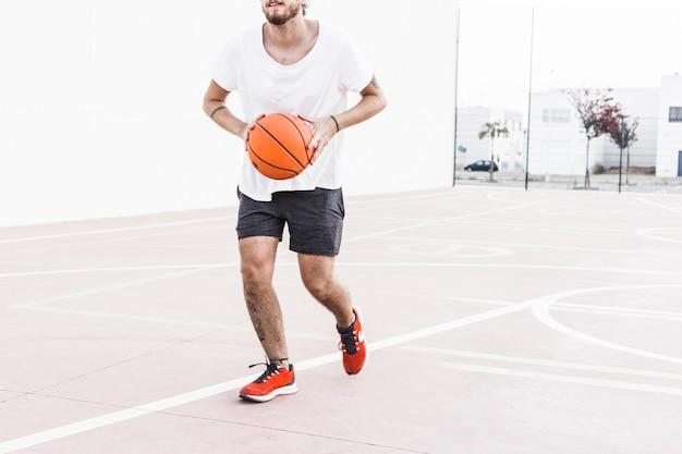 Homem, executando, com, basquetebol Foto gratuita