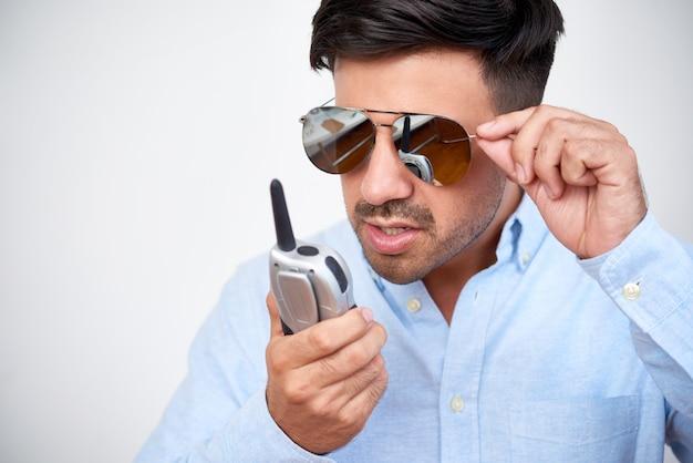 Homem falando no aparelho de rádio Foto gratuita