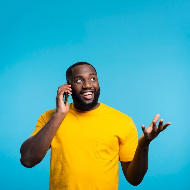 Homem falando por telefone Foto gratuita