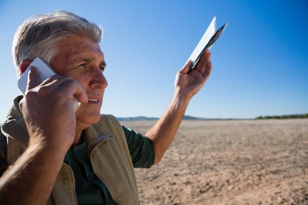 Homem, falando, telefone, enquanto, ficar, ligado, paisagem Foto gratuita
