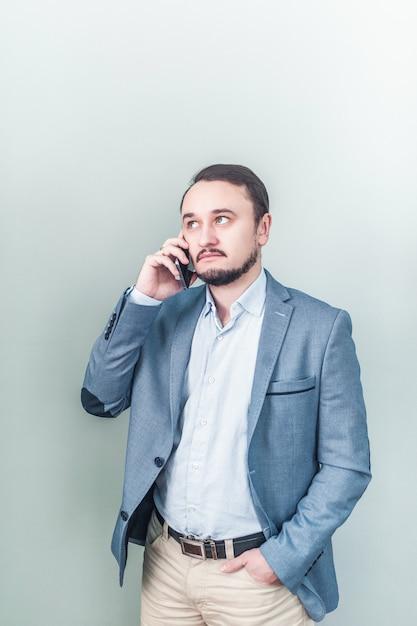 Homem, falando, telefone Foto Premium
