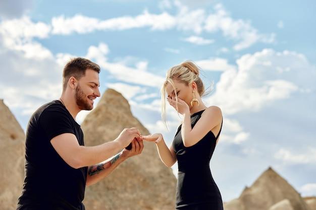 Homem faz uma proposta de casamento para sua namorada Foto Premium