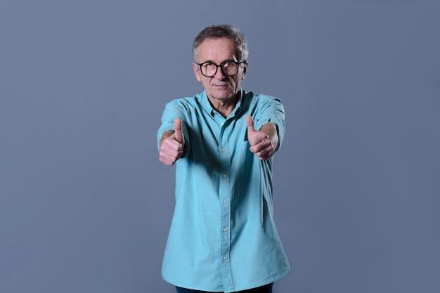 Homem fazendo gesto de polegar para cima Foto gratuita
