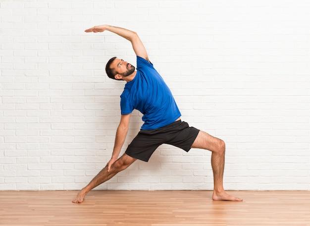Homem, fazendo, ioga, exercícios, dentro Foto Premium