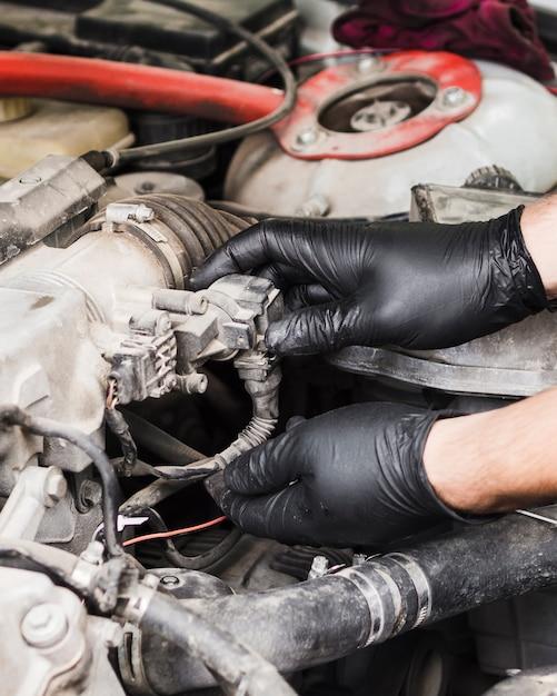 Homem, fazendo, reparos, ligado, motor carro Foto gratuita