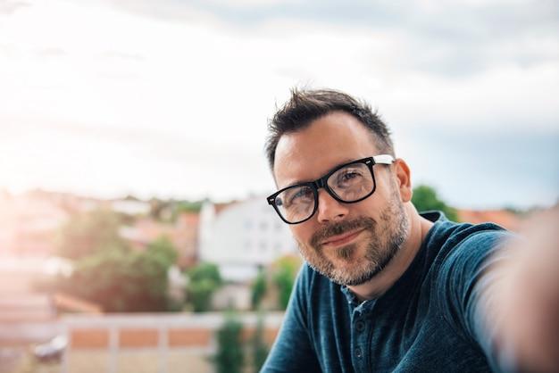 Homem fazendo selfie ao ar livre Foto Premium