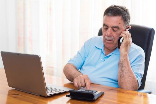 Homem fazendo sua contabilidade, consultor financeiro. Foto Premium