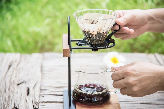 Homem, fazer, gotejamento, café fresco, em, vindima, loja de café Foto gratuita