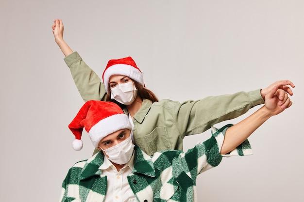 Homem feliz com camisa xadrez e mulher com chapéu festivo gesticulando Foto Premium