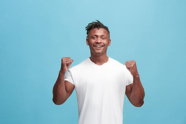 Homem feliz comemorando ser um vencedor Foto gratuita