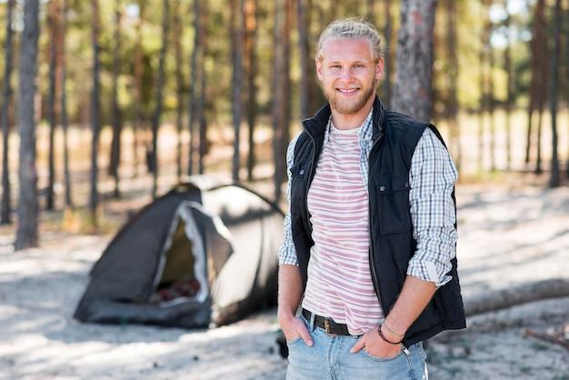 Homem feliz curtindo a floresta Foto gratuita