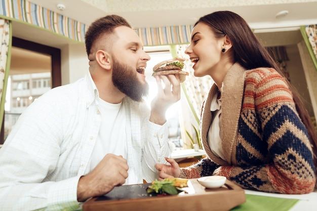Homem feliz e mulher almoçando em um restaurante Foto Premium
