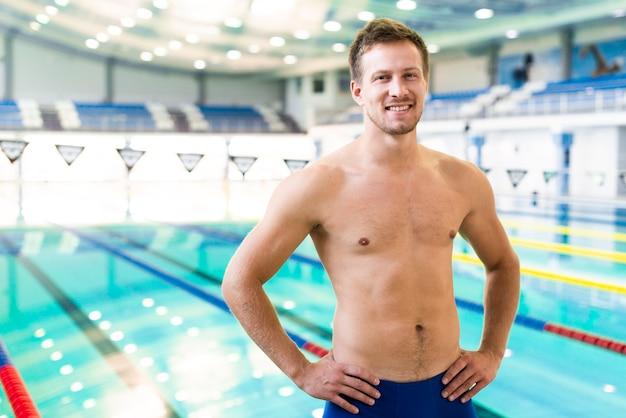 Homem feliz na piscina Foto gratuita