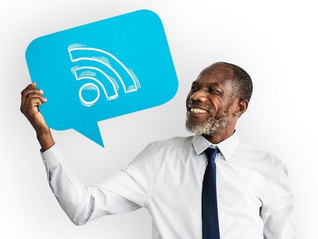 Homem feliz, segurando, wifi, símbolo Foto gratuita