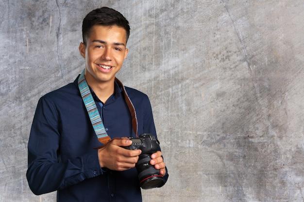 Homem feliz tirando fotos com a câmera digital Foto Premium