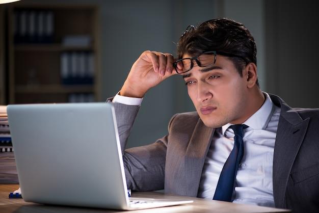 Homem ficar no escritório por longas horas Foto Premium