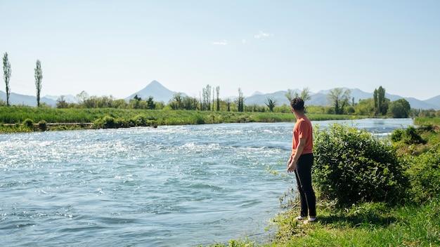 Homem, ficar, perto, natural, fluir, rio Foto gratuita