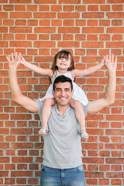 Homem, filha, celebrando, pais, dia Foto gratuita