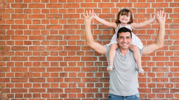 Homem, filha, celebrando, pais, dia Foto Premium
