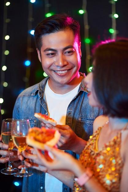 Homem flertando na festa Foto gratuita