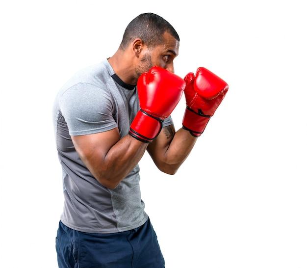 Homem forte esporte com luvas de boxe em posição de defesa Foto Premium
