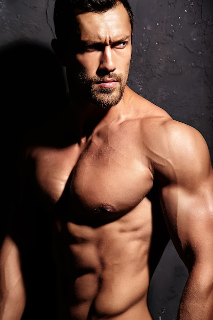 Homem forte sem camiseta Foto gratuita