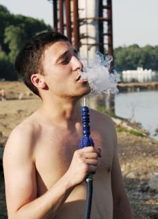 homem fumando um cachimbo Foto gratuita