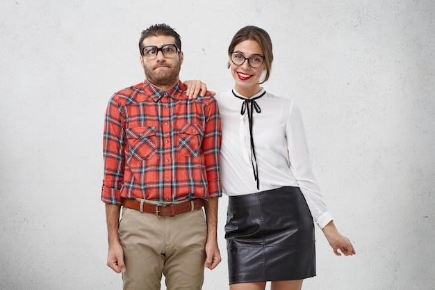 Homem geek estranho sendo reservado, fica intrigado e tímido por ter primeiro encontro com a namorada Foto gratuita
