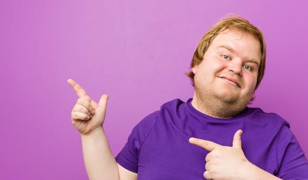Homem gordo jovem ruiva autêntica, apontando com o dedo indicador para um, expressando emoção e desejo. Foto Premium