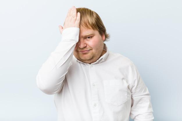 Homem gordo jovem ruiva autêntica esquecendo algo, tapa na testa com a palma da mão e fechar os olhos. Foto Premium