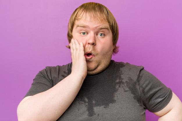 Homem gordo loiro louco caucasiano suando Foto Premium