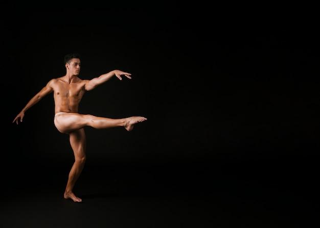 Homem gracioso girando em uma perna Foto gratuita