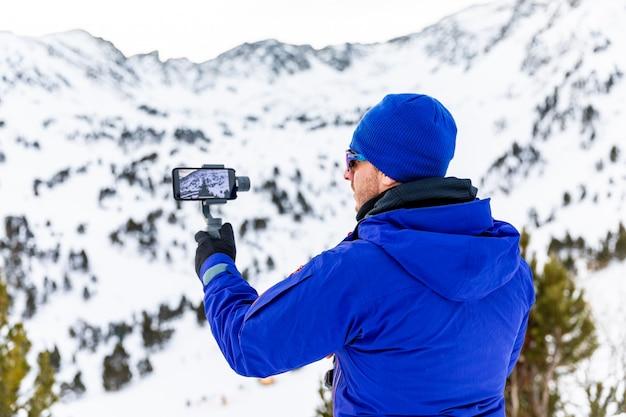 Homem gravando vídeo com seu telefone e estabilizador Foto Premium