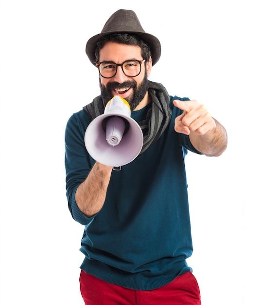 Homem gritando por megafone Foto gratuita