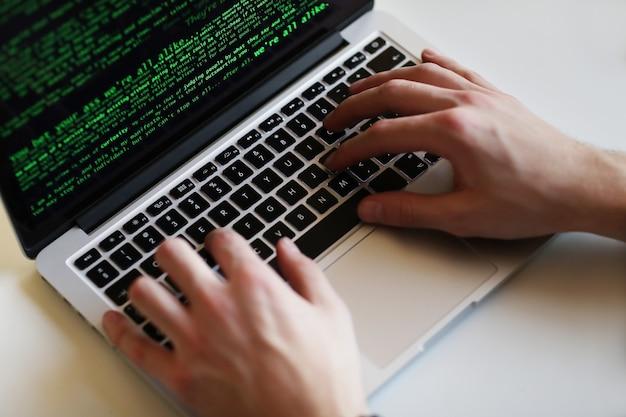 Homem hacker no laptop Foto gratuita