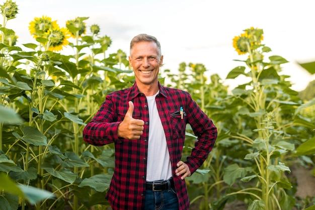 Homem idade média, mostrando, polegar cima Foto gratuita