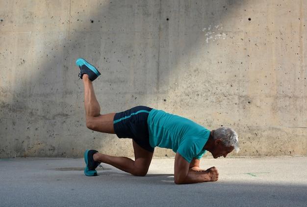 Homem idoso, praticar, esportes Foto Premium