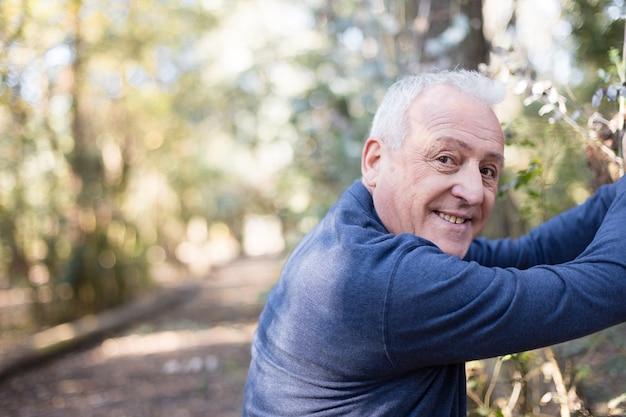 Homem idoso que aprecia exercício ao ar livre Foto gratuita
