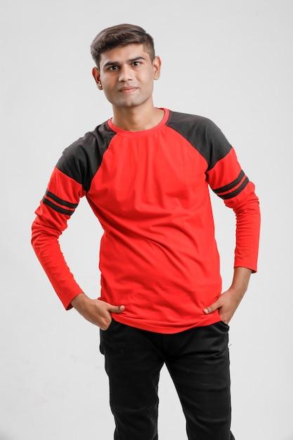 Homem indiano / asiático em camiseta vermelha e mostrando expressão múltipla sobre branco Foto Premium
