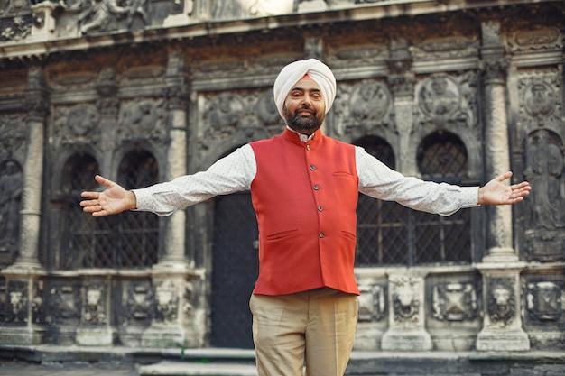 Homem indiano em uma cidade. macho em um turbante tradicional. hinduísta em uma cidade de verão. Foto gratuita