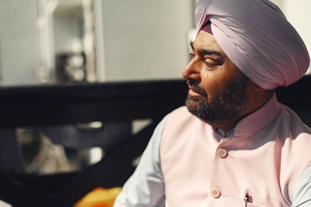 Homem indiano em uma sala. macho em um turbante tradicional. hinduísta em uma sala. Foto gratuita